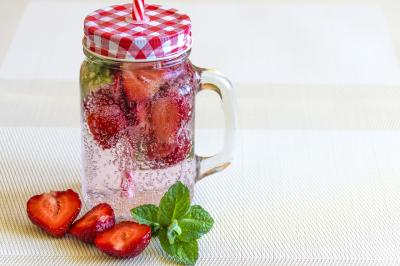 Mineral water with strawberries 1411368 1280